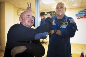 Scott y Mark Kelly, hermanos astronautas y ambos han realizado caminatas espaciales Foto:AP. Imagen Por: