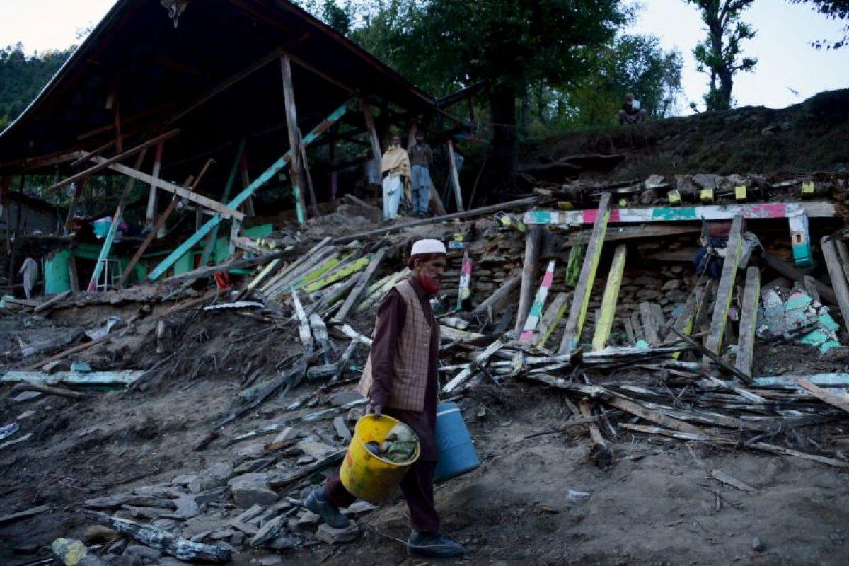 Palistaníes toman sus pertenencias tras perder su hogar a causa del terremoto de 7.5 que los afectó esta semana. Foto:AFP. Imagen Por: