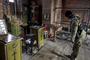 Hombre visita iglesia abandonada en Ucrania. Foto:AFP. Imagen Por:
