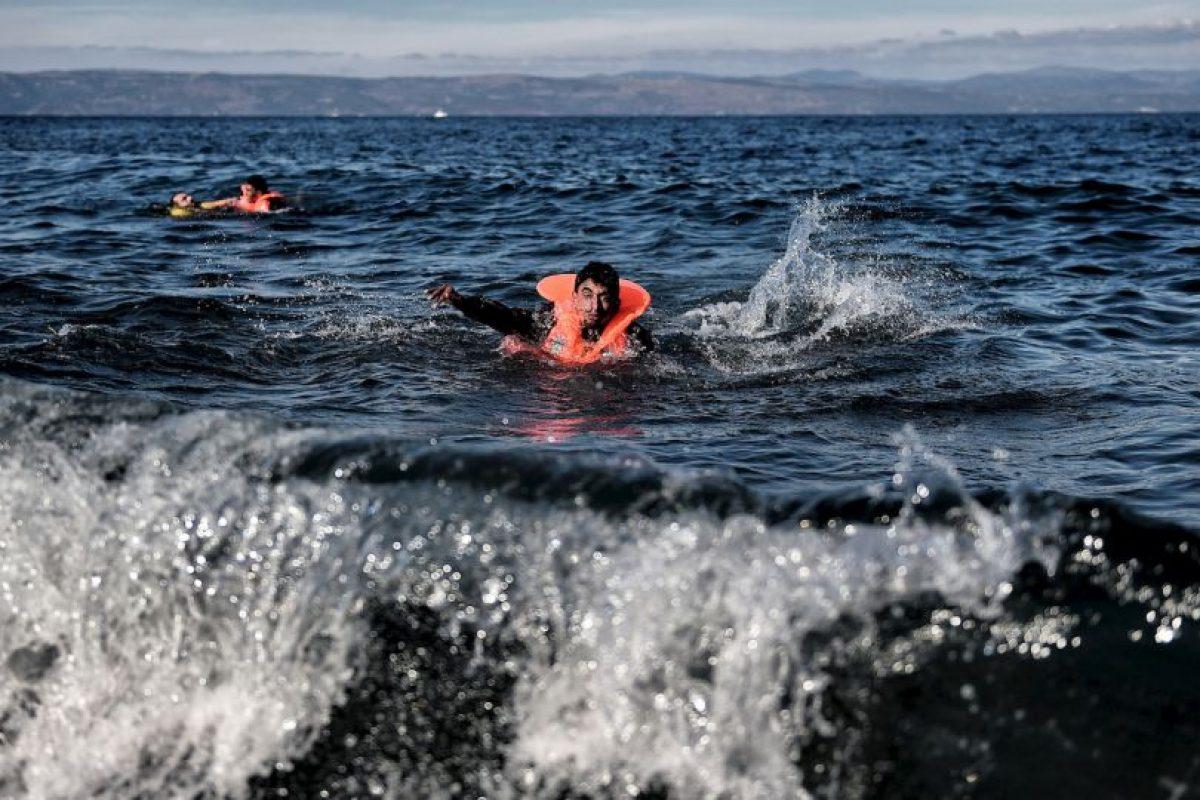 Dos hombres migrantes nadan hacia la costa de la isla Lesbos. Foto:AFP. Imagen Por: