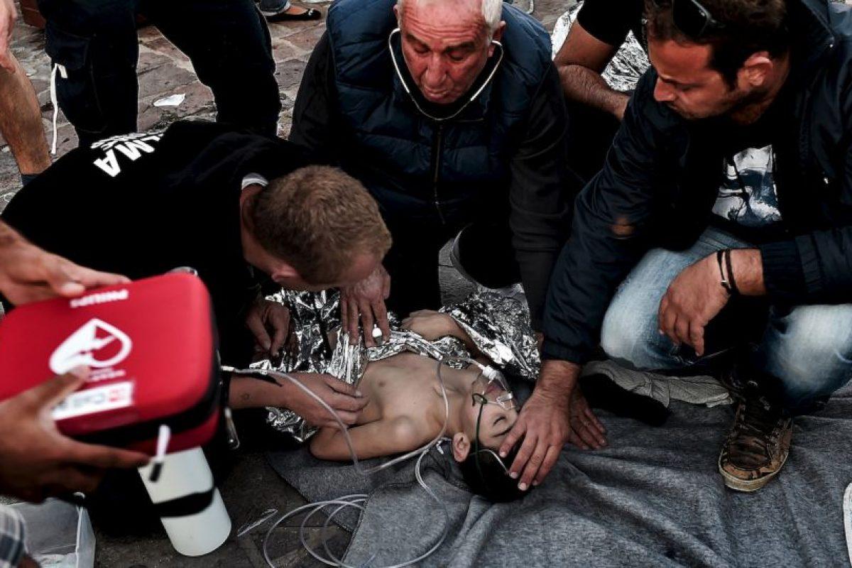 Médicos dan primeros auxilios a niño refugiado que viajaba en barco que naufragó el pasado 28 de octubre. Foto:AFP. Imagen Por: