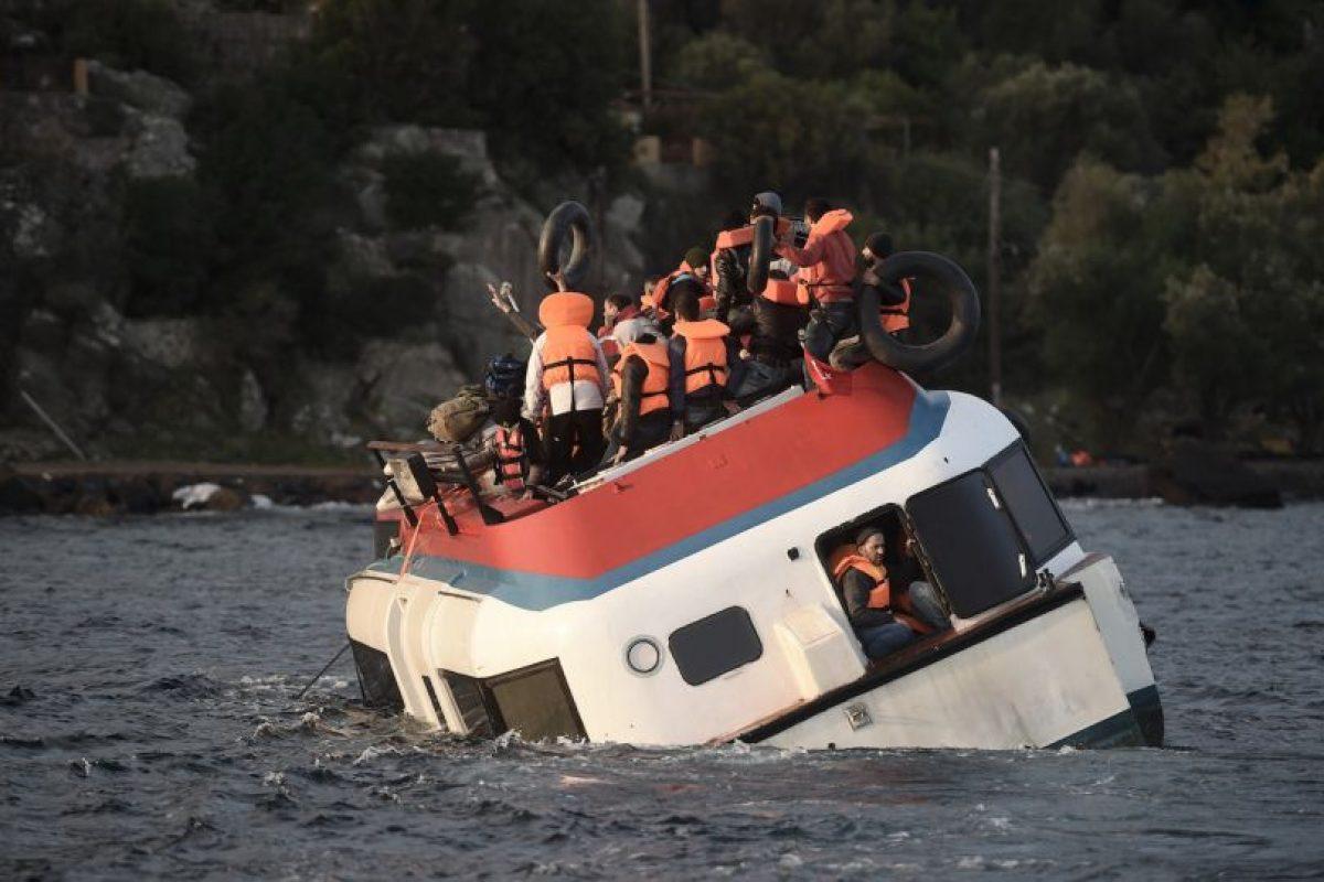 Refugiados y migrantes en el bote que se hundió este viernes. Foto:AFP. Imagen Por: