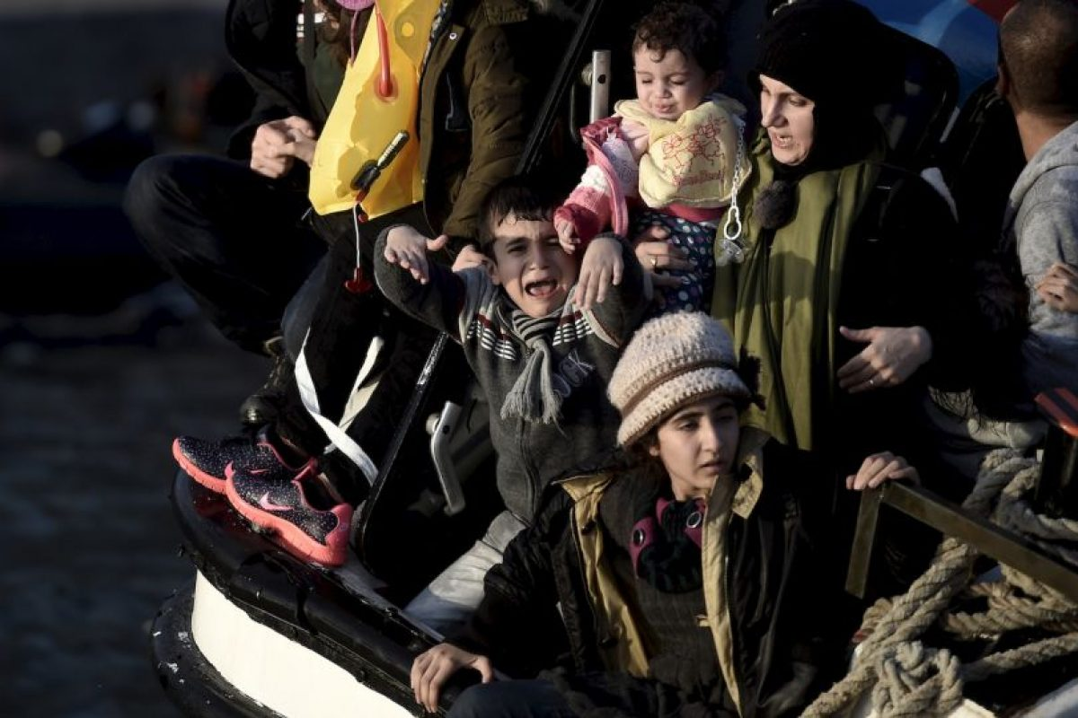 Niño llora asustado luego de que el bote en el que viajaba a Grecia se comenzara a hundirse. Foto:AFP. Imagen Por: