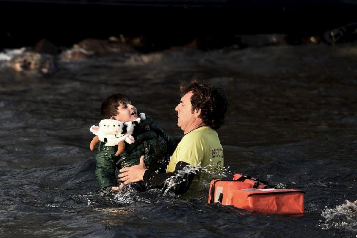 Un salvavidas español logra sacar del agua a un niño que viajaba en el bote que se hundió cerca de la isla griega Lesbos. Foto:AFP. Imagen Por: