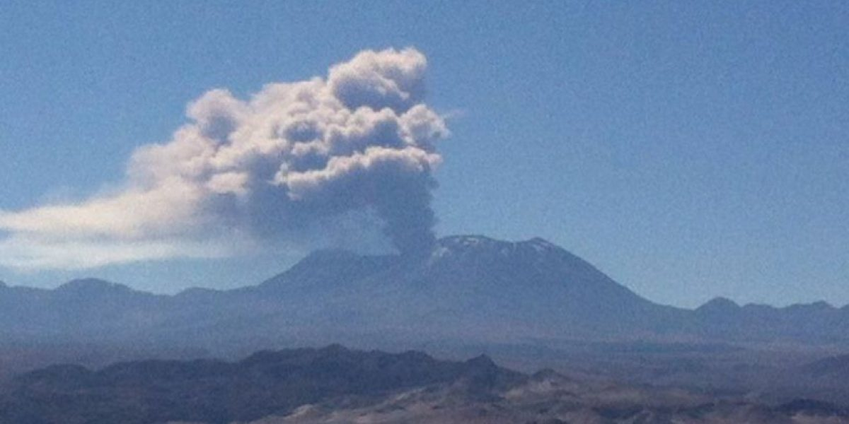 Declaran alerta amarilla tras intensa actividad del volcán Lascar