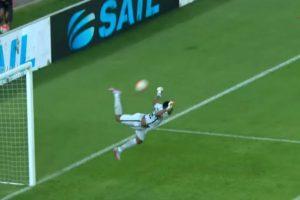 El portero africano Itumeleng Khune repitió una de las jugadas míticas en la historia del fútbol. Foto:YouTube. Imagen Por: