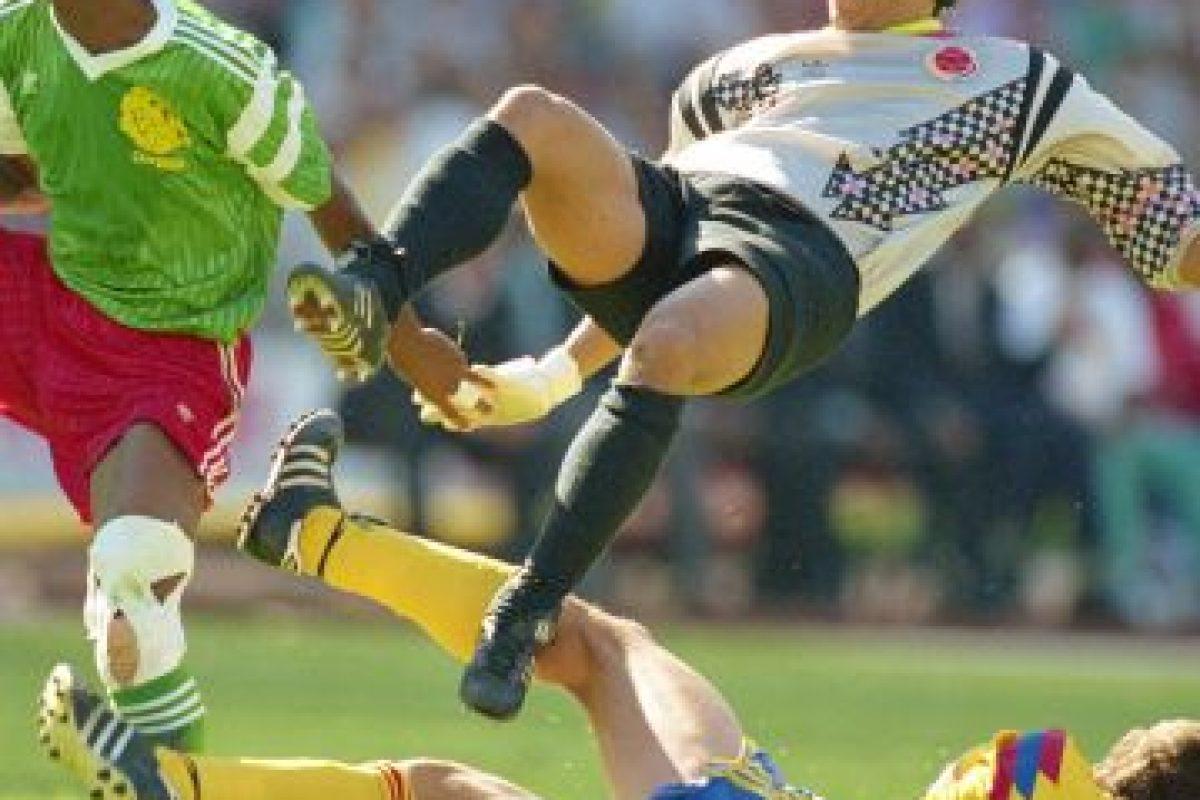 """La fama internacional le llegó en 1995, cuando realizó su jugada más famosa, el """"escorpión"""" en Wembley. Fue durante un encuentro entre Colombia e Inglaterra, e Higuita detuvo así un disparo de Jamie Redknapp. Foto:Getty Images. Imagen Por:"""