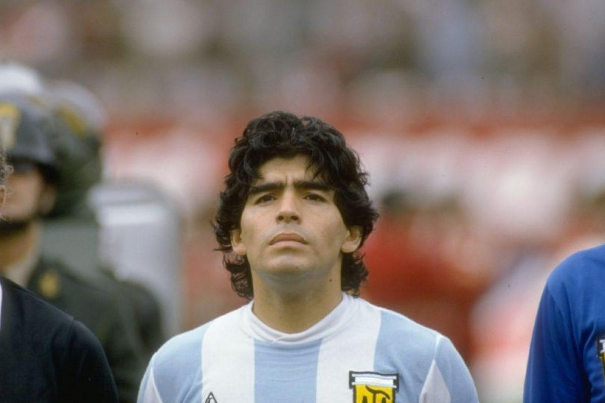 En 1984 llegó al Napoli de Italia, club donde se convirtió en ídolo. Foto:Getty Images. Imagen Por: