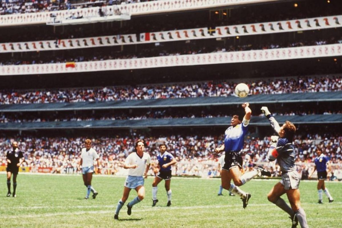 Ante Inglaterra marcó dos goles: el primero, anotado con la mano, y el segundo, una verdadera joya en la historia del fútbol. Foto:Getty Images. Imagen Por: