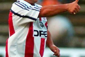 Se retiró del fútbol el día de su cumpleaños 37, el 30 de octubre de 1997. Foto:Getty Images. Imagen Por: