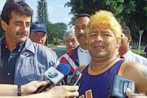 En el 2000 fue internado de emergencia en un hospital de Uruguay por una sobredosis de cocaína. Además, sorprendió con este look exótico. Ya comenzaba a verse con exceso de peso. Foto:Vía twitter.com/maradonapics. Imagen Por:
