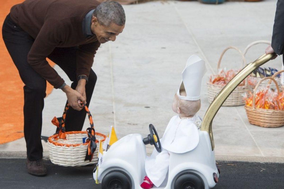 El mandatario lucía sonriente con el look del menor Foto:AFP. Imagen Por: