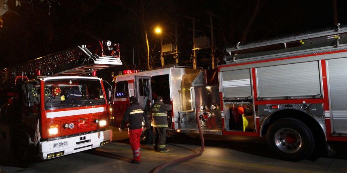 Renca: violento incendio afecta a fábrica y moviliza a Bomberos