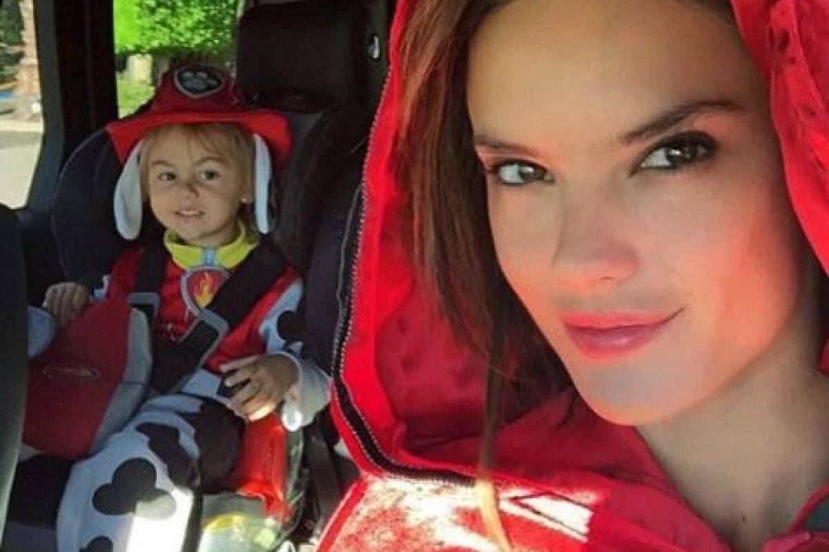 """La modelo se convirtió en """"Caperucita roja"""". Foto:via instagram.com/alessandraambrosio. Imagen Por:"""