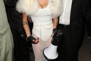"""La cantante y su esposo se disfrazaron del diseñador Karl Lagerfeld y su gato """"Choupette"""". Foto:Getty Images. Imagen Por:"""