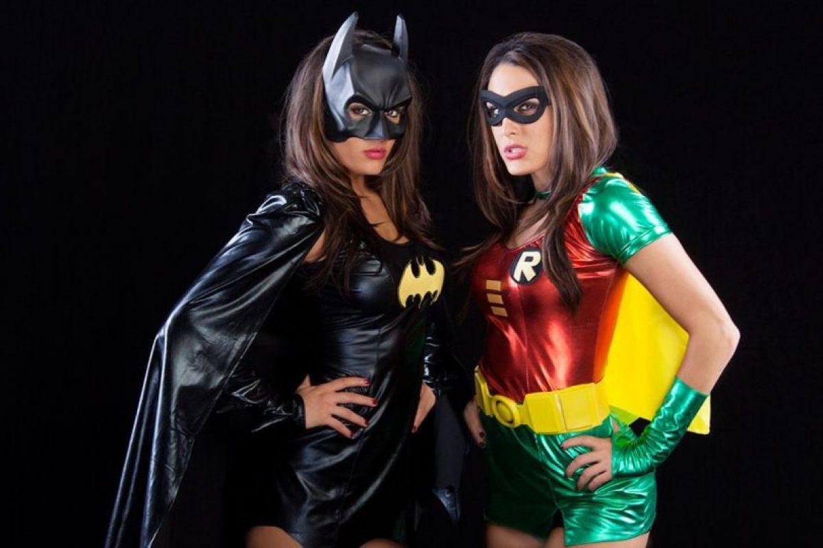 Las hermanas Bella como Batman y Robin. Foto:WWE. Imagen Por: