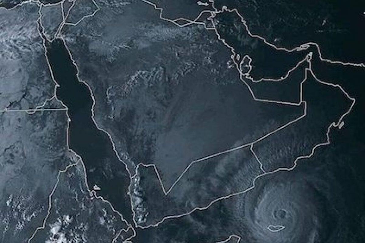"""En Oman, se espera este ciclón traiga consigo una lluvia tan intensa como """"ocho veces la lluvia anual"""". Foto:Instagram.com. Imagen Por:"""