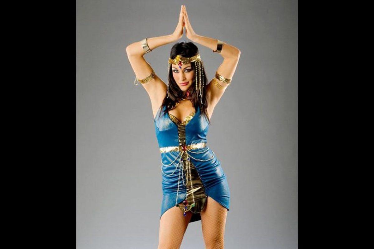 Brie Bella como Cleopatra. Foto:WWE. Imagen Por: