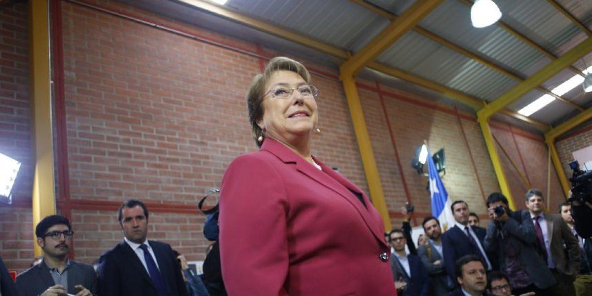 Bachelet reabre sus cuentas de Facebook y Twitter