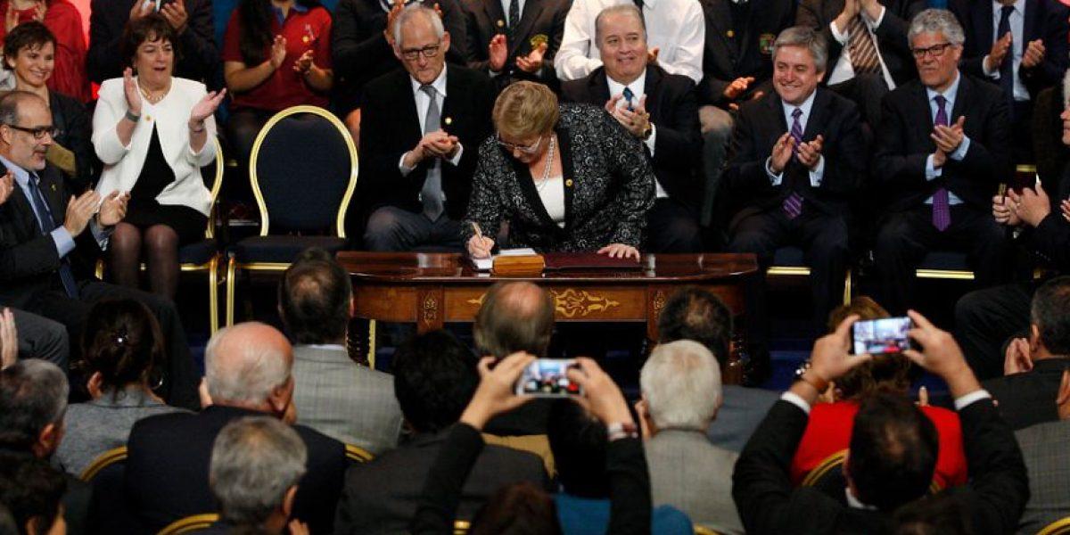 Bachelet firma proyecto de desmunicipalización: