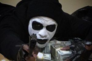 El boxeador aparece con fajos de billetes y una arma de fuego en la mano. Foto:instagram.com/FloydMayweather. Imagen Por: