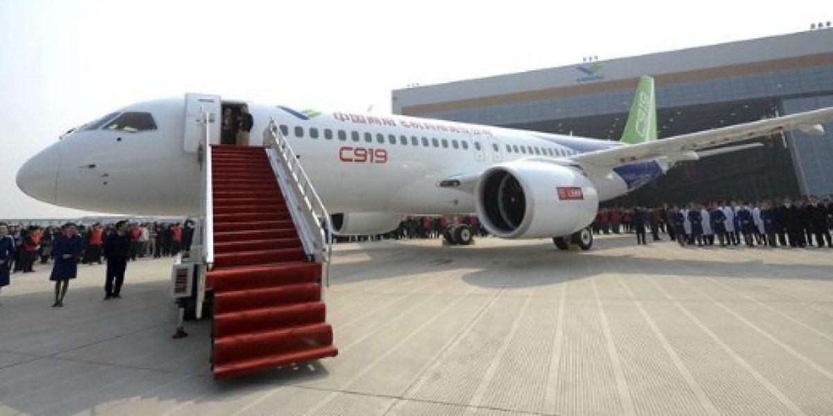 China presenta su primer avión de pasajeros grande