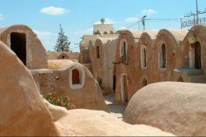 CUARTEL DE ESCLAVOS DE MOS ESPA EN TATOOINE: Situado cerca de la ciudad de Tatooine en el sur de Túnez,Ksar Hadada aparece como decorado del cuartel de esclavos Mos Espa en Star Wars Episodio I. Foto:goeuro.es. Imagen Por: