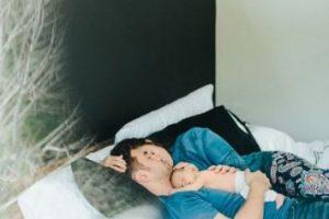 El silencio es vital para conciliar y mantener el sueño, si su habitación no le permite tal aislamiento, puede usar tapones para los oídos. Foto:Pinterest. Imagen Por: