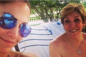 """Con anterioridad, la celebridad ya había compartido una foto """"al natural"""" junto a su madre Foto:Instagram/jlo. Imagen Por:"""