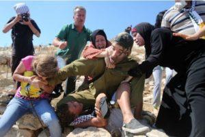 Y la reacción que las mujeres de la familia del menor tuvieron con el soldado Foto:AFP. Imagen Por: