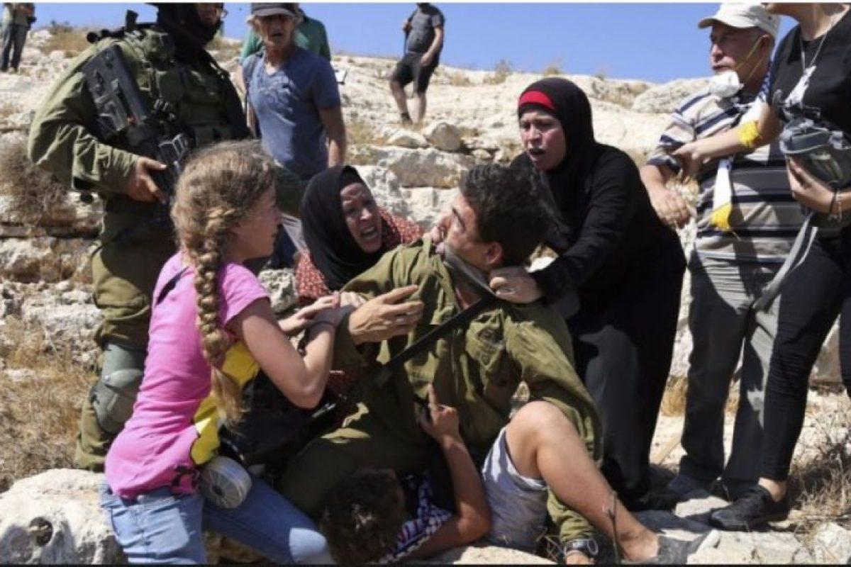 Las mujeres forcejearon con el integrante de las Fuerzas de Defensa de Israel durante unos segundos, hasta que intervino un comandante del soldado, quien decidió cancelar la detención. Foto:AFP. Imagen Por: