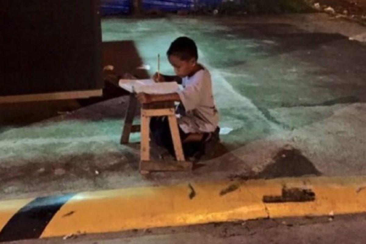 5. El niño que utilizó la luz de un restaurante para hacer tarea Foto:Vía Facebook/JoyceGilosTorreblanca. Imagen Por: