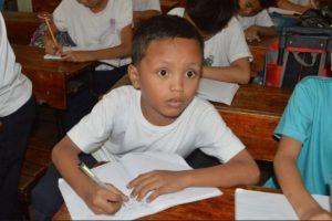 Como reacción a la fotografía, el menor recibió becas para continuar sus estudios Foto:AFP. Imagen Por: