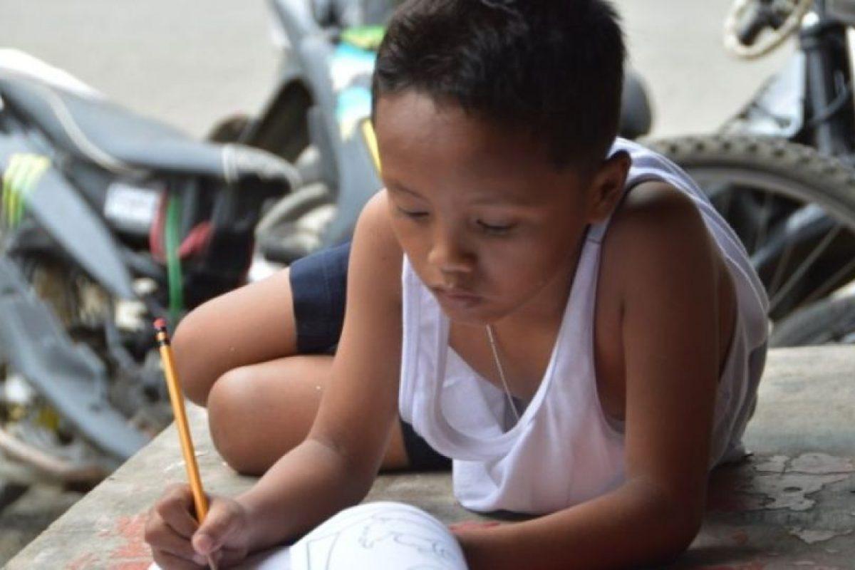Se volvió viral en julio, mostrando las carencias de la familia filipina y sus deseos por salir adelane Foto:AFP. Imagen Por: