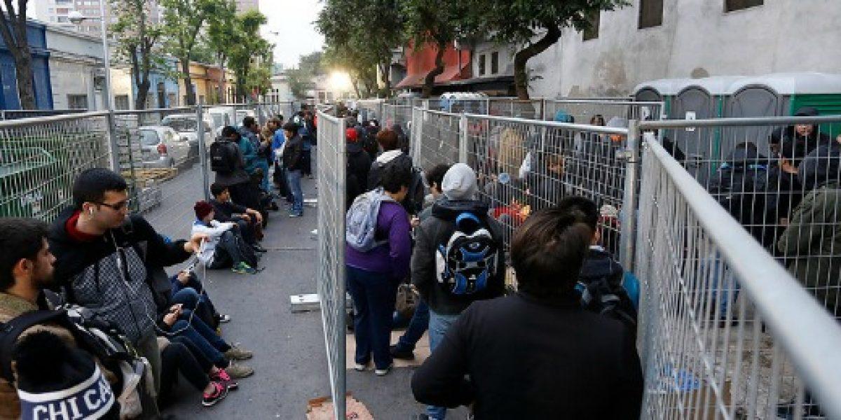 Cientos de personas hicieron fila para entrar a venta de bodega de PC Factory