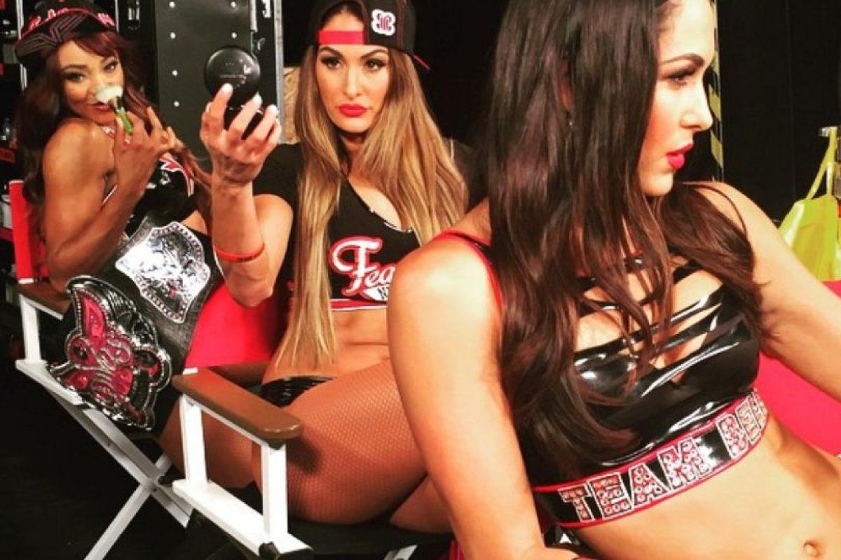 Junto a Nikki y Brie Bella Foto:Vía instagram.com/thefoxxyone. Imagen Por:
