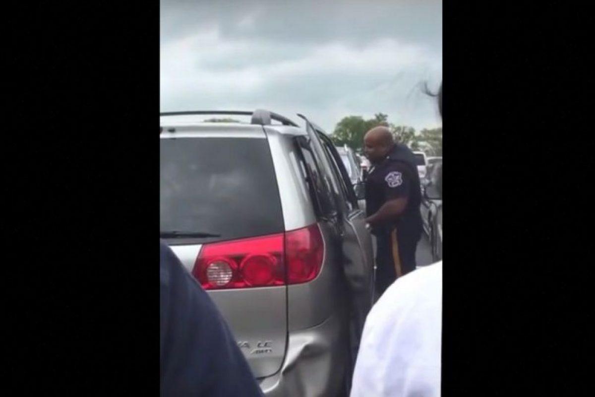 Una mujer de Nueva Jersey dejó a su pequeña de dos años encerrada en su camioneta mientras ella hacía compras Foto:Vía Youtube. Imagen Por: