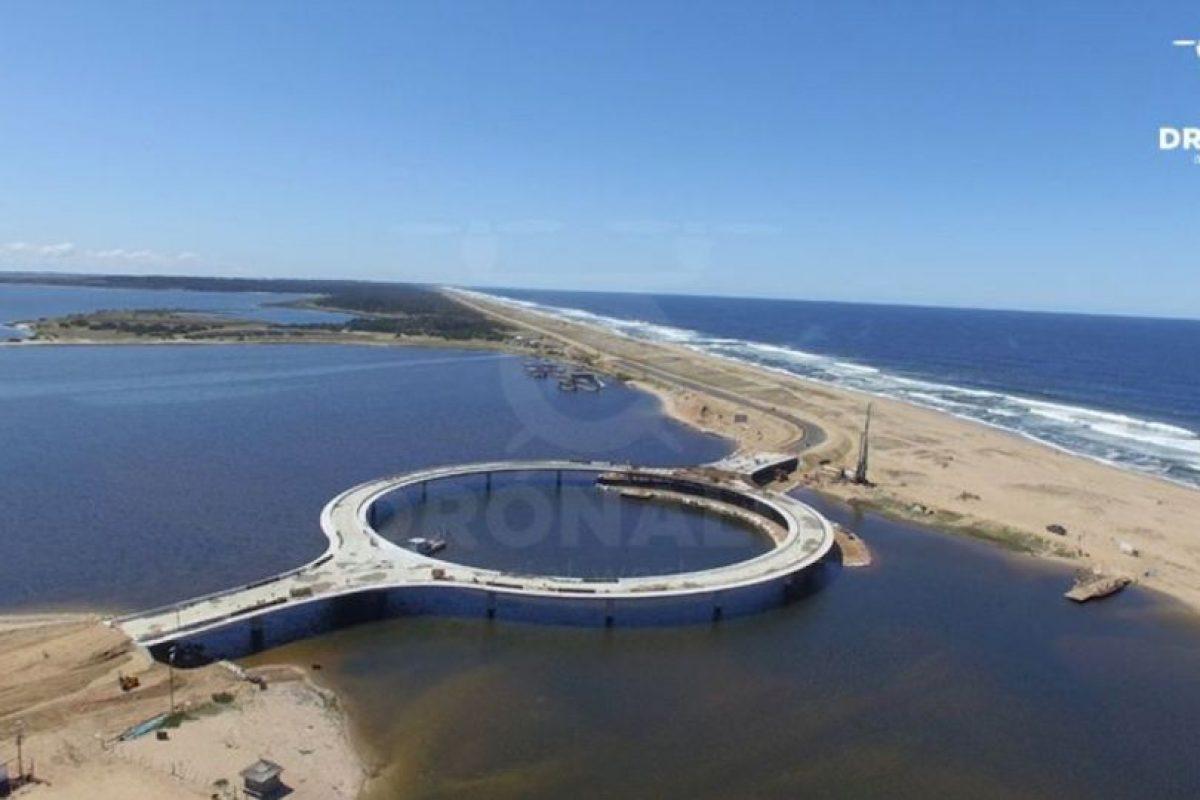 El puente se compone de un tramo central circular de 51,5 metros de radio (168 pies). Foto:Vía facebook.com/dronalo/. Imagen Por: