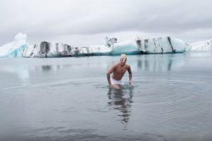"""Los operadores aseguran que no hay reglas con la natación, pero que resulta """"estúpido"""" que alguien nade en el lugar. Foto:YouTube/justinbiebervevo. Imagen Por:"""