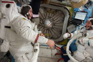 El astronauta Chris Cassidy (izquierda) y la astronauta Luca Parmitano, con sus grandes uniformes. Foto:Vía nasa.gov. Imagen Por: