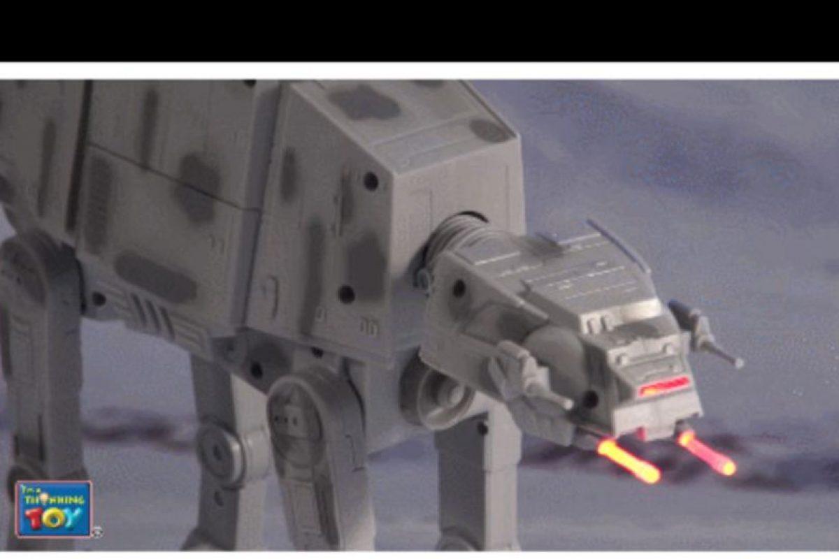 """Robot """"AT-AT"""" con control remoto Foto:Thinkway Toys. Imagen Por:"""