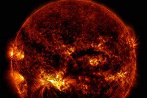 1. Las llamaradas solares no pueden atravesar la atmósfera de la Tierra. Foto:Vía Nasa.gov. Imagen Por: