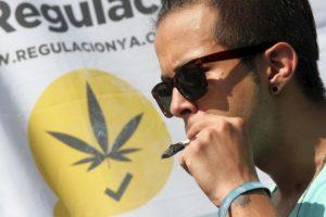 Manifestantes fumaron marihuana a las afueras de la Corte. Foto:Nicolás Corte/Publimetro. Imagen Por: