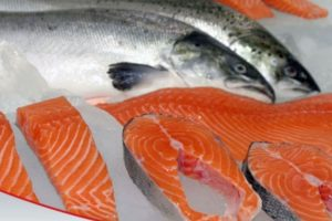 3. LO QUE SE DICE: El salmón por su alto contenido de ácidos grasos omega 3 es un alimento ideal para bajar el colesterol y bajar de peso. Foto:Wikimedia. Imagen Por: