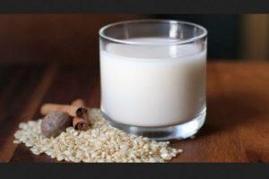 Fuente alta de azúcares simples 20.75 g en 250 ml (un vaso), es lo mismo que agua de horchata, no es una fuente de proteínas ya que contiene .75g en un vaso, y la razón del consumo de la leche es el aporte proteico y de calcio y esta no contiene ninguna de las dos. Foto:Tumblr. Imagen Por: