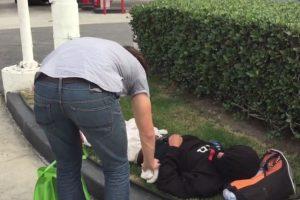 Los chicos repartían dos hamburguesas a cada vagabundo Foto:Vía facebook.com/itsLance210. Imagen Por: