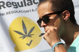 Manifestantes fumaron marihuana a las afueras de la Corte, en respuesta al fallo de los ministros el miércoles Foto:Nicolás Corte/Publimetro México. Imagen Por: