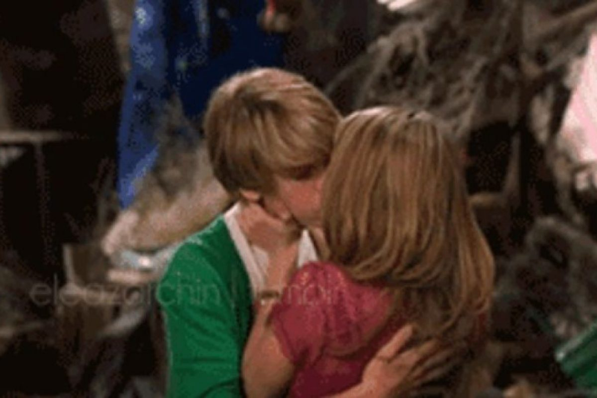 "Su primer beso fue con Cole Sprouse en ""The Suite Life on Deck"" Foto: Pinterest. Imagen Por:"