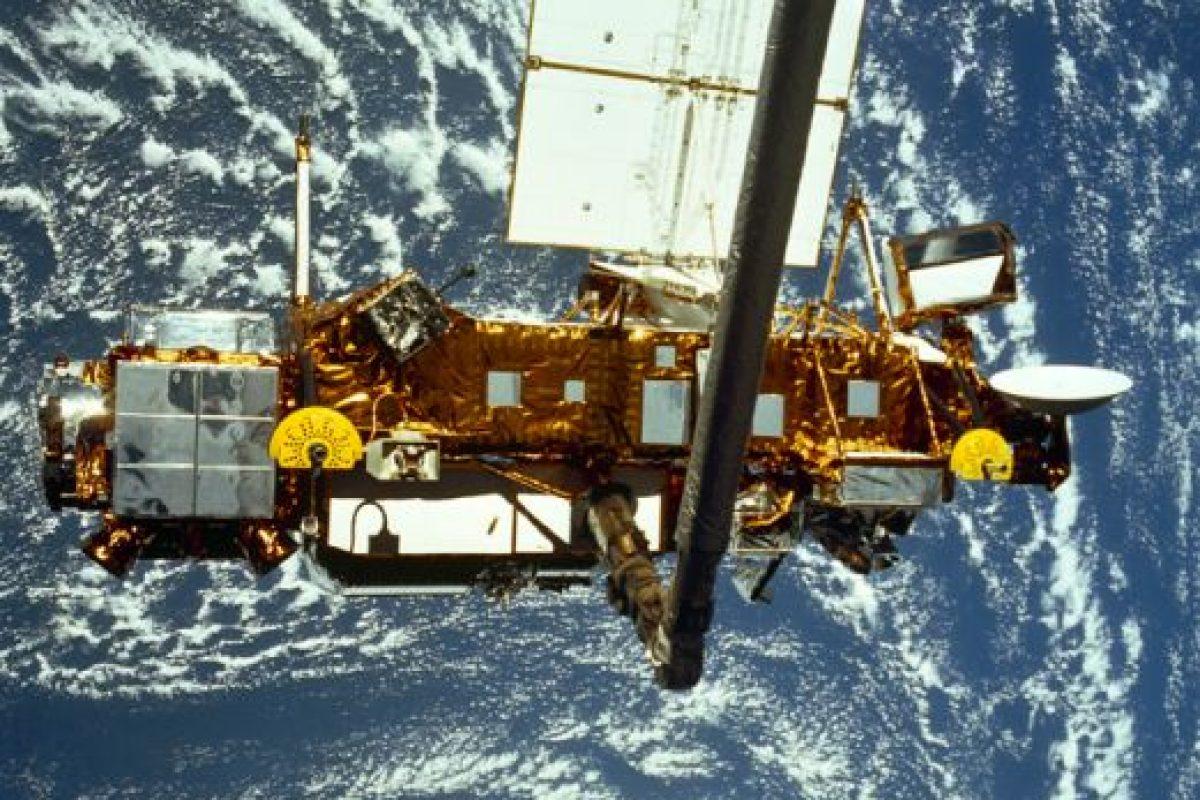 Cuando los paneles solares del telescopio espacial Hubble fueron trasladados de vuelta a la Tierra en 2002, estaban acribillados por impactos de hasta 8 mm de ancho. Foto:Getty Images. Imagen Por: