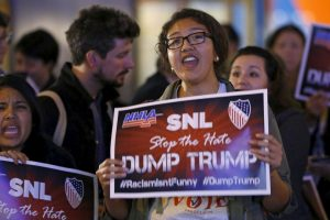 Sin embargo, tras el anuncio de que Trump estará en uno de los programas más importantes de la televisora, miles salieron a las calles a exigir su cancelación Foto:AP. Imagen Por: